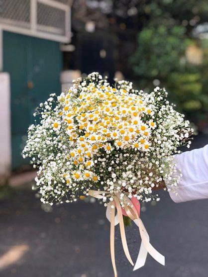 Kiểm tra lại bề mặt bó hoa cưới bằng cúc tana với hoa baby