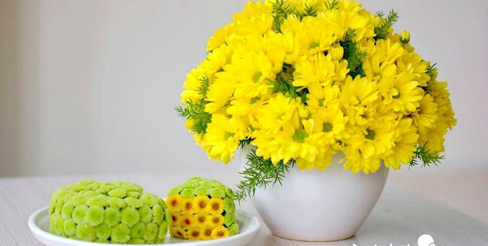 Chuẩn bị phần nguyên liệu để cắm bình hoa cúc vàng