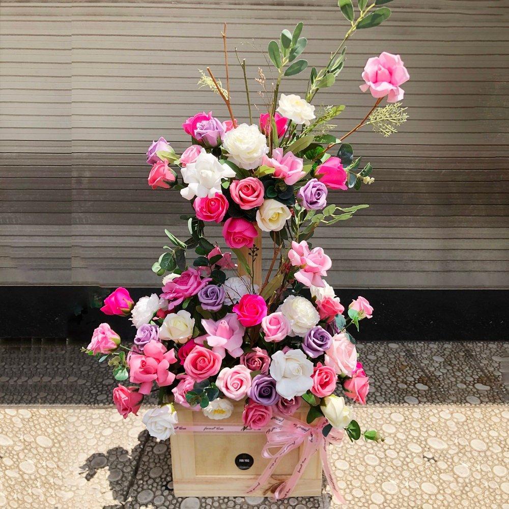 tiến hành cắm hoa hồng cho tầng trên và chêm thêm hoa ly