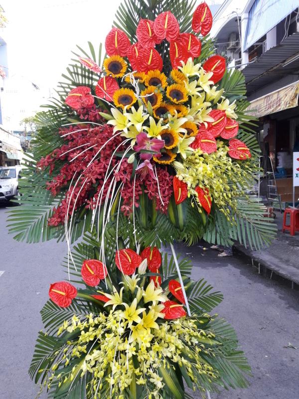 Cắm hoa cố định điểm cho kệ hoa dâng đài tưởng niệm