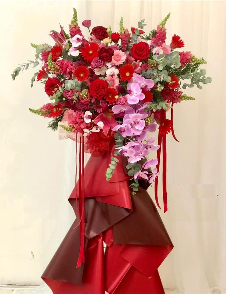 Tiếp tục sử dụng hoa hồng môn đỏ cắm xung quanh