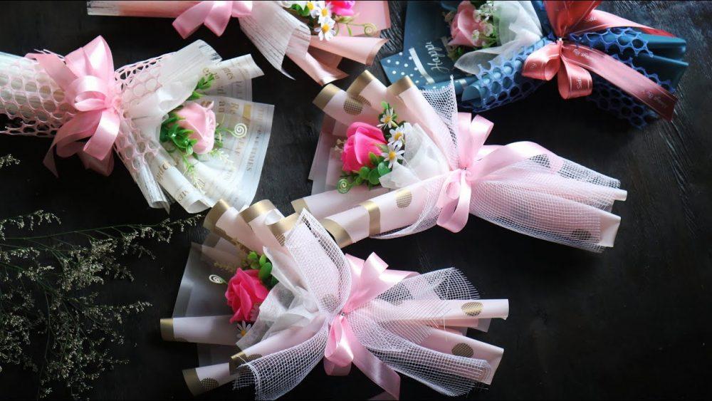 Cách thực hiện cho hoa vào khi làm cốt bó hoa
