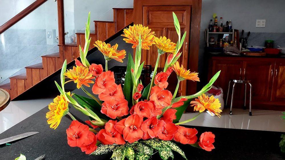 Tận dụng hoa dư để cắm hoa tươi dâng Phật