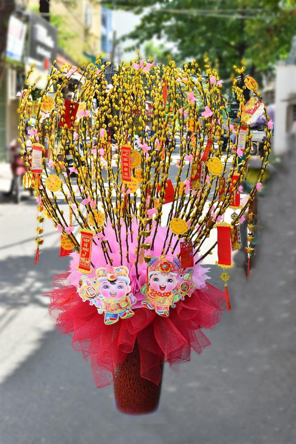 Cách cắm bình hoa nụ tầm xuân chưng Tết rực rỡ nhất
