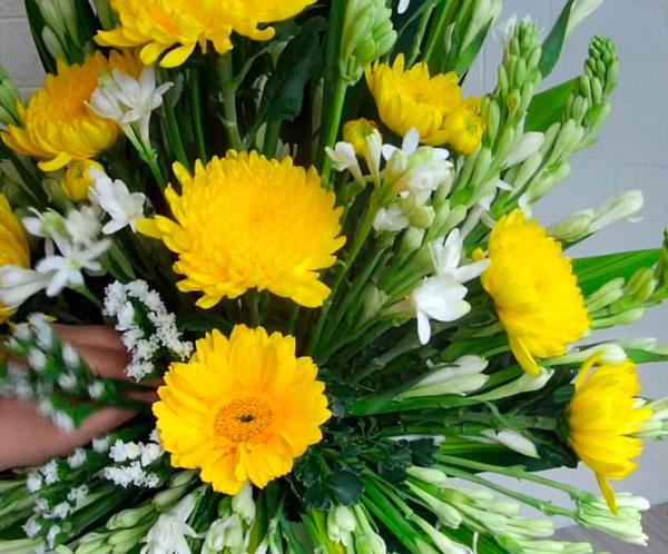 Kiểu hoa phối hợp hoa cúc kết hợp với hoa huệ