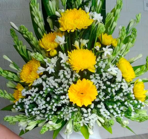 Phối hoa cúc kết hợp với hoa huệ để dâng cúng Phật mới nhất năm 2021