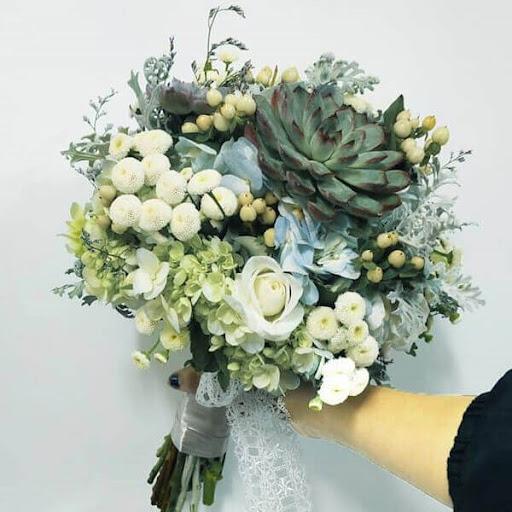 tiến hành điểm lá bạc chung quanh bó hoa