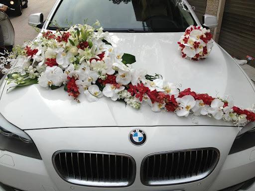 Cắm xe hoa cô dâu trang trí ngày cưới