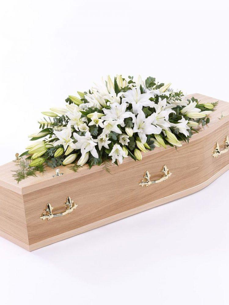 Cắm hoa chia buồn để nắp hòm trong tang lễ