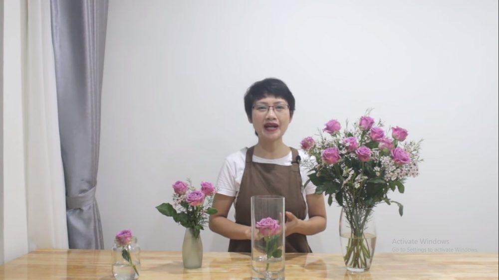 Cắm bình hoa hồng và hoa thanh liễu