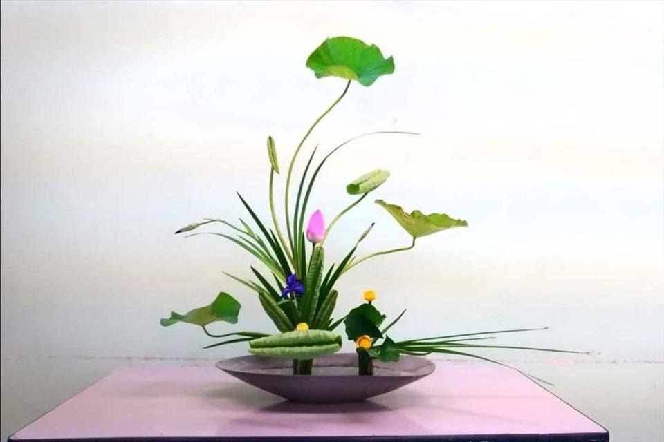 Cách cắm bình hoa trang trí nơi góc bàn thư giãn