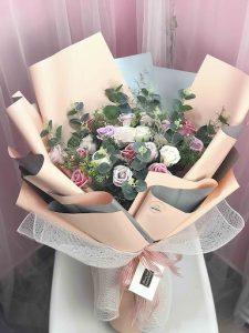Cách bó hoa hồng đẹp tông hồng cho nữ giới